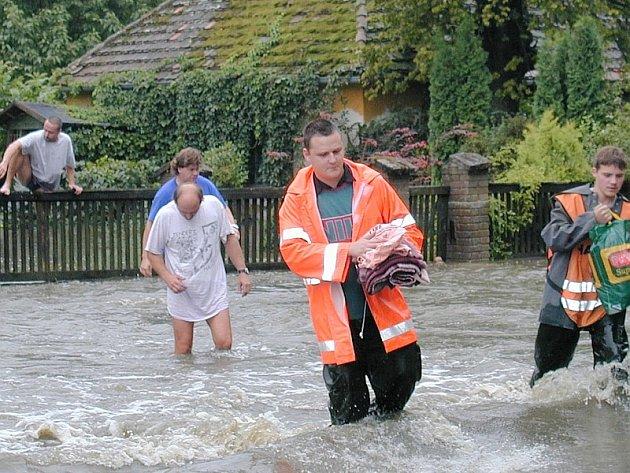 ÚTĚK PŘED NEMILOSRDNOU VODOU.  Voda  z řeky Blanice  rychle zatopila obec Milenovice a následně i Protivín. Obyvatelé opouštěli narychlo  dům u Ostrova.