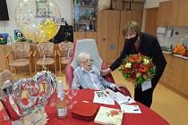 Ludmila Horažďovská dostala k jubileu spoustu darů, pogratulovat přišla i písecká starostka Eva Vanžurová.