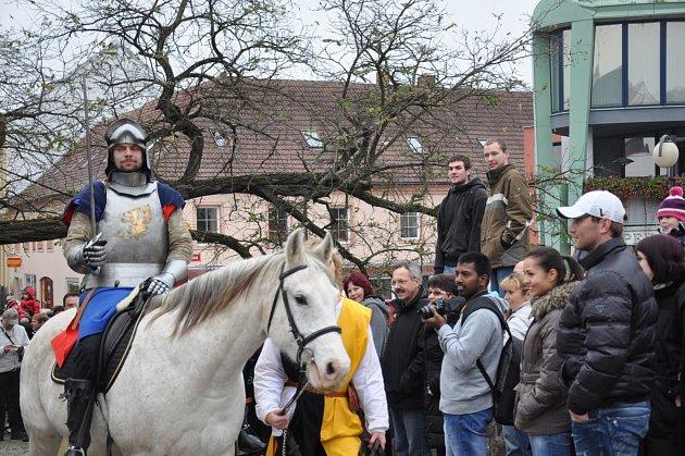 Martin na bílém koni na Kamenném mostě v Písku.