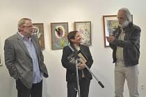 Na snímku z vernisáže výstavy v galerii Prácheňského muzea v Písku jsou zprava: malíř František Trávníček, kurátorka výstavy Irena Mašíková a historik umění Jaromír Procházka.
