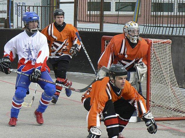 Na snímku jsou písečtí hráči Kubeš, brankář Buček a obránce Kozák, vlevo je domácí Bušta. V utkání 2. ČNHbL prohrál tým TJ Stars Suché Vrbné s HC ŠD Písek 0:5.