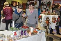 Návštěvníci výstavy ve foyer kina Portyč v Písku si mohli vybrat z výrobků klientů sociálních zařízení.