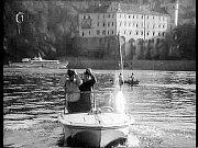 PRO VYŠETŘOVATELE Jaroslava Bergla (Jan Skopeček) pluli ve filmu Rakev ve snu viděti na stejnou pláž, u které kotvil housbót ve snímku Alibi na vodě.