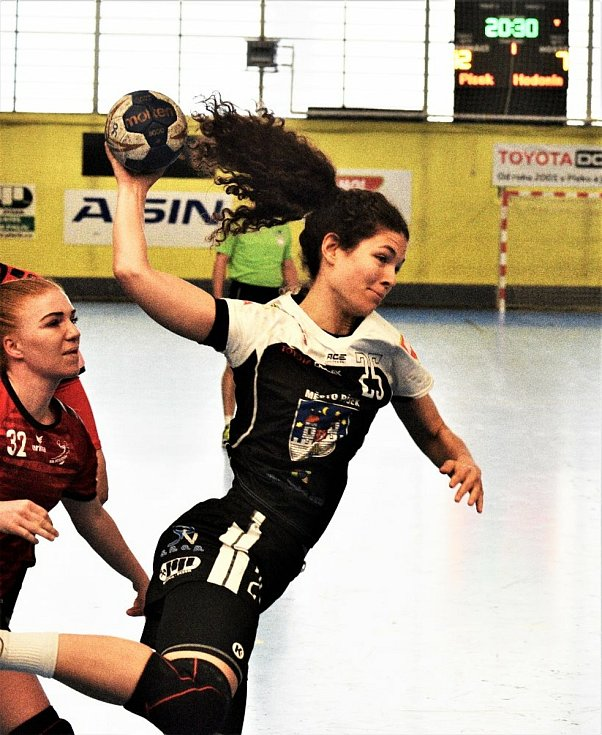 Házenkářky Písku (v černém) přehrály v play out MOL ligy Hodonín 35:25.  Foto: Jan Škrle