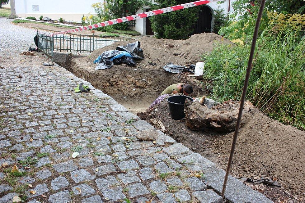 Archeologický výzkum u mirovického kostela.