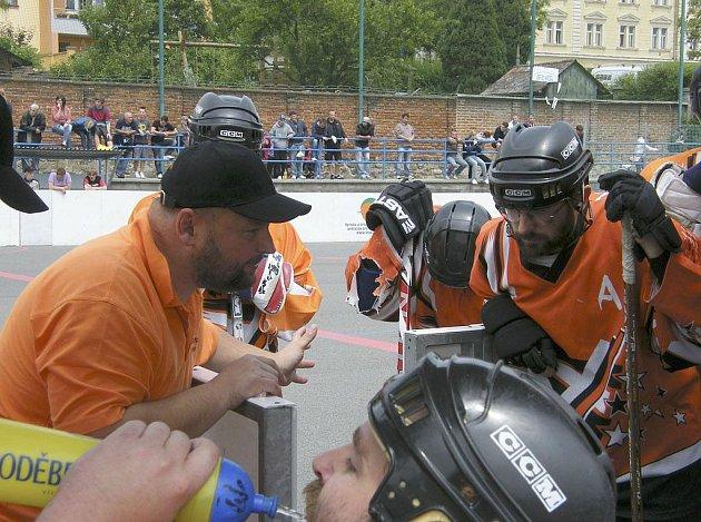 Na snímku je Vít Čapek v roli trenéra mužstva HC ŠD Písek v průběhu prvního finálového zápasu play off letošního ročníku oblastní hokejbalové ligy, ve kterém se Písek střetl s SK Tábor.