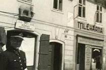 Dům U Slona nebo, jak někteří písečtí říkají U Elefanta, stojí v dolní části Karlovy ulice naproti Kamennému mostu dodnes. Ve vedlejším domě bývala mlékárna.