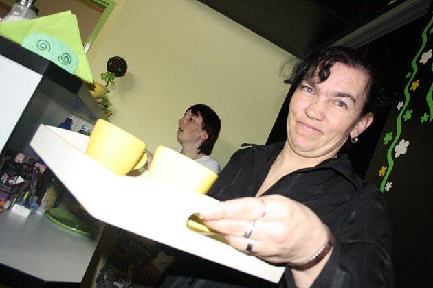 OTEVŘENO. Ve středu odpoledne otevřeli v domově ve Zběšičkách Kytičkovou kavárnu. Hosty obsluhovaly Jitka Putzová (v popředí) a Věra Dobešová.