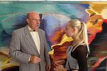 Alžběta Vlášková s akademickým malířem Daliborem Říhánkem.