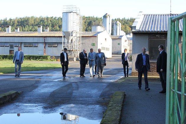 Návštěva ministra financí Andreje Babiše, ministra kultury Daniela Hermana a ministra spravedlnosti Roberta Pelikána vpamátníku romského holocaustu vLetech.