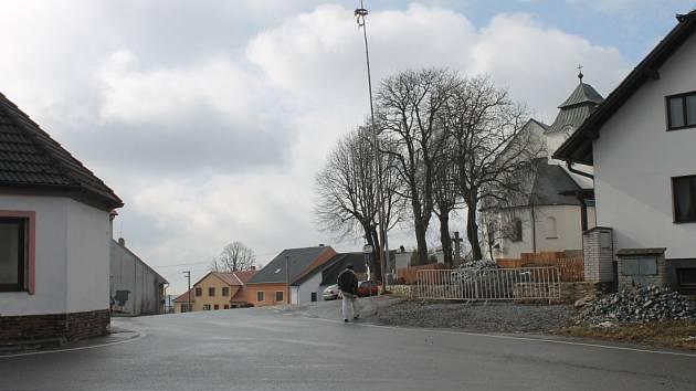 OBČANSKÉ SDRUŽENÍ Naše Chyšecko potřebuje pro vybudování chodníku, ze kterého povede místo pro přecházení k faře (na snímku vpravo), tři metry čtvereční ve vlastnictví místní pekárny.  Domluví se obec a majitel pekárny?