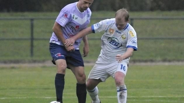 Domácí Kuchař (vpravo) bojuje o míč se Smíškem v divizním utkání, ve kterém fotbalisté Milevska podlehli  Spartaku Chrást 0:3.