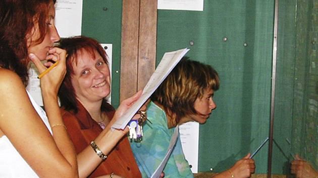 S rozpisem se ve sborovně školy seznamovaly učitelky Radka Brejchová, Lenka Staňková a Marcela Zájezdová. V tomto týdnu už vše připravují k zahájení nového školního roku.