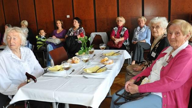 Setkání seniorů starších devadesáti let se starostkou města Evou Vanžurovou.