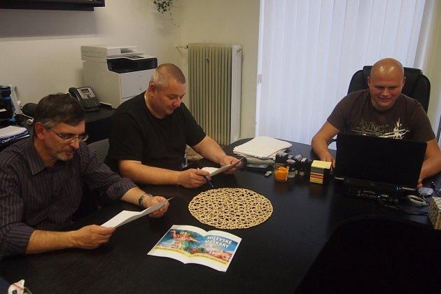 KAŽDÝ týden se organizátoři maškar setkávají a připravují program. Na snímku zleva jsou místopředseda Maškarního sdružení Milevsko Jiří Kálal, předseda Karel Procházka a jednatel Vít Kratochvíl.
