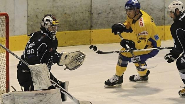 Písecký Vlček (ve žlutém) stíhaný Prindisem z této šance brankáře Sedláčka nepřekonal. V sobotním zápase 1. ligy prohráli hokejisté Písku v Berouně 0:2.