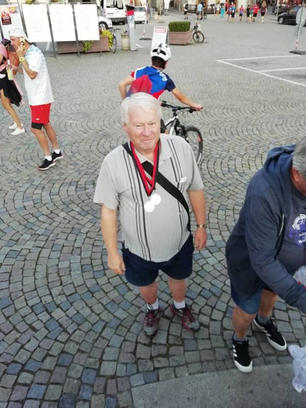 """Josef Fuka s medailemi, které mu na krk pověsili svěřenci Ondřej Kohout a Jan Havlíček, získali je v Táboře na """"Běhu starým městem""""."""