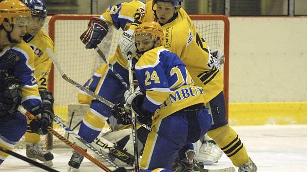 Domácí Jakub Hamerle (vpravo) v osobním souboji před vlastní brankou s hostujícím Šafářem v utkání minulého kola druhé ligy, ve kterém hokejisté Milevska zvítězili nad Nymburkem 3:0.
