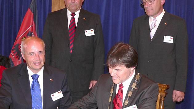 Primátor Wetzlaru Volfram Dette (vlevo) a písecký starosta Miroslav Sládek při podpisu  dokumentu o partnerství.