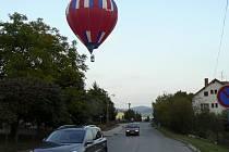 Horkovzdušný balón nad Hradištěm v Písku nebyla jen tak ledajaká vzduchoplavba, ale předvolební kampaň jedné z politických stran.