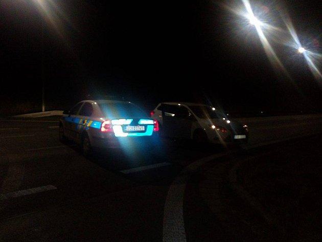 Místo tragické nehody je uzavřeno,l dopravu odklání policie po vedlejší silnici.