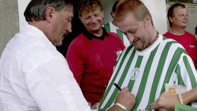 AUTOGRAMIÁDA.  Mistr Evropy z roku 1976 a dlouholetý hráč klubů Bohemians Praha a Rapid Vídeň ochotně rozdával autogramy i na dresy svého klubu.