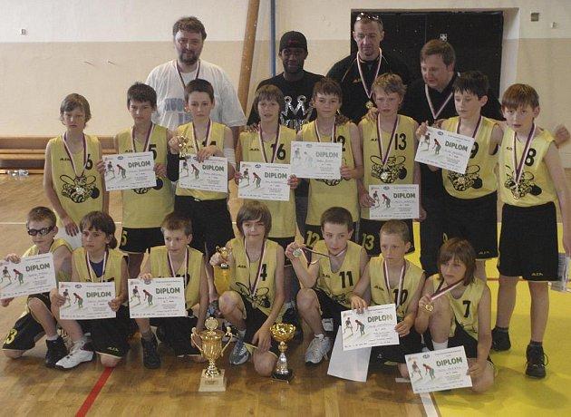 Na snímku jsou nejmladší basketbaloví minižáci oddílu Sršni Písek, kteří v Litoměřicích vyhráli mistrovství republiky své kategorie.
