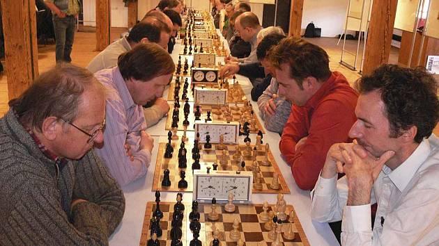 Od samého začátku turnaje panovalo za velkého ticha u jednotlivých šachovnic v prostorách Velkých trámů písecké Sladovny velké napětí a soustředění všech hráčů.