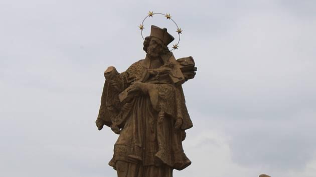 Poškozená socha na Kamenném mostě v Písku.