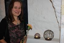 Keramička Věra Pichová na výstavě Výtvarníci Milevska a okolí v milevské Galerii M.
