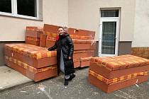 Koordinátorka Vlasta Holzerová ze Zlínského kraje u nakládky postelí.