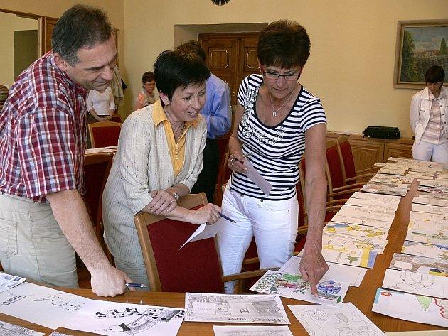 Na snímku jsou při hodnocení prací (zprava) místostarostka Hana Rambousová a vedoucí odboru školství a dopravy MÚ Marie Cibulková a Michal  Kovařík.