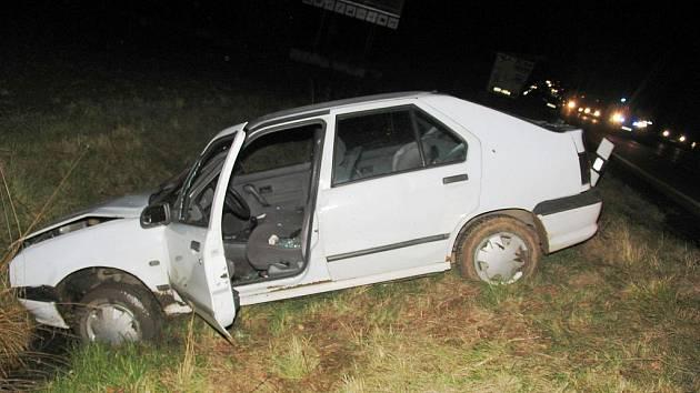 Auto řidiče skončilo na poli.