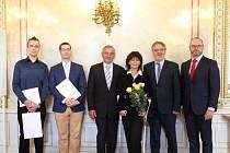 Slavnostní předání čestného uznání studentům z ČVUT.