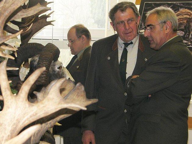 Výstava trofejí v aule lesnických škol v Písku.