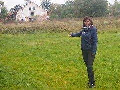 Starostka Zbelítova Markéta Honzíková ukazuje na bývalý objekt kravína, který by měl sloužit jako truhlářská dílna. Předtím je ale nutné k němu vybudovat přístupovou komunikaci.