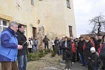 O prohlídku obecního zámku  v Čížové byl mez obyvateli velký zájem. Osudy tohoto historického objektu jim přiblížili bývalý památkář Jiří Hladký (vlevo) a starosta Tomáš Korejs.