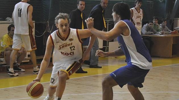 Druholigoví basketbalisté Sokola Písek se neprobojovali do play off a sezona již pro ně skončila. Náš snímek je z utkání Sršňů se Strakonicemi: domácí Kostohryz (vlevo) se snaží přejít přes Širůčka.