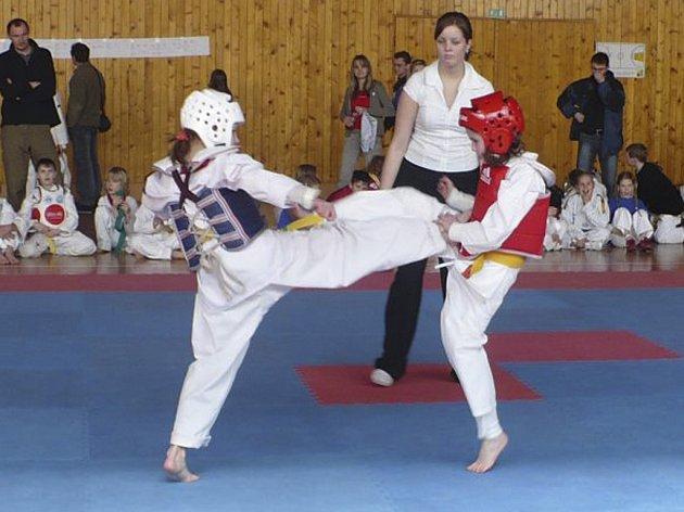 VÍTĚZKA. Protivínská Karolína Kozová (na snímku vpravo při jednom ze zápasů) vybojovala v Humpolci na Aprílovém turnaji kyorugi první místo.
