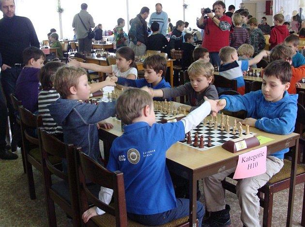 Ještě před zahájením bojů na šachovnicích v rámci třetího kvalifikačního turnaje v Táboře  nechybělo tradiční podání rukou soupeřů.