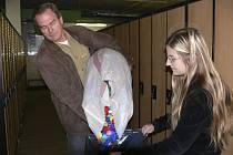 SBĚR. Sedmačce Kristýně Čapkové přinesl do školy víčka ve dvou pytlích tatínek.