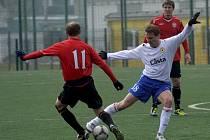Martin Abraham (vpravo) bojuje o míč s Petrem Vladykou v sobotním zápase III. fotbalové ligy, ve kterém Písek remizoval s Chrudimí  1:1.