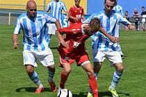 VEDENÍ NEUDRŽELI. Fotbalisté Písku B s Rudolfovem vedli 2:0, nakonec ale remizovali 2:2. Na snímku se písecký Jakub Held (uprostřed) snaží prosadit přes Jiřího Hrbáče (vlevo) a Milana Pexu (vpravo).