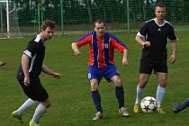 BERNARTICE PROHRÁLY DOMA S VIMPERKEM 0:2. Jaroslav Paseka (uprostřed) se ocitl v obležení protihráčů.