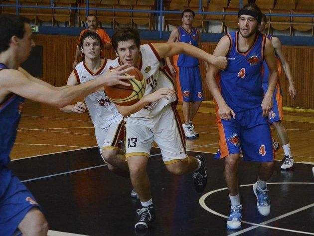Na snímku z nedělního zápasu 2. ligy basketbalistů Sršni Písek – BK Tábor (65:58) bojují domácí hráči Kocourek a Štefanský (ve světlém) o míč s Tomáškem a Meszem.