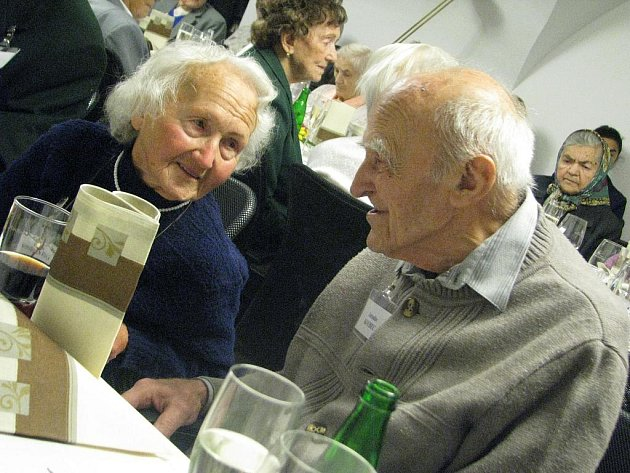 Nejstarší obyvatelé Písku se v sobotu sešli v klubovně Prácheňského muzea. Jak počítala Magdalena Bardová z městského úřadu, který setkání pořádá od roku 1993, letos dorazilo třicet osm občanů starších devadesáti let. V tomto věku žije v Písku 132 lidí.