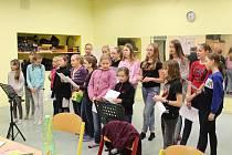 Žáci ZŠ Jana Husa v Písku nacvičují koledy na akci Česko zpívá koledy.