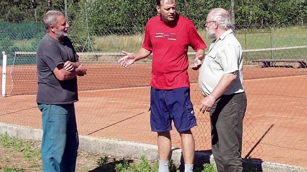 O dalším rozvoji sportovního areálu diskutují na fotografii (zleva) prezident tenisového klubu Rudolf Koubec, jeden z funkcionářů Bronislav Toman a starosta Olešné Jan Šupitar.