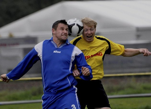 Hostující Vladimír Hovorka (vlevo) bojuje o míč v hlavičkovém souboji s Martinem Šípem v utkání krajského fotbalového přeboru, ve kterém Čkyně doma prohrála s Čížovou 0:1.