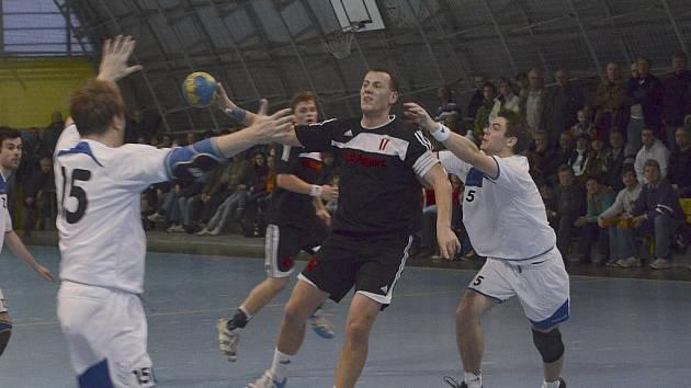Hostujícímu Martinu Mošovskému (s míčem) se snaží zabránit ve střelbě Petr Hajný v zápase druhé ligy házenkářů, ve kterém Písek podlehl Strakonicím 27:28.